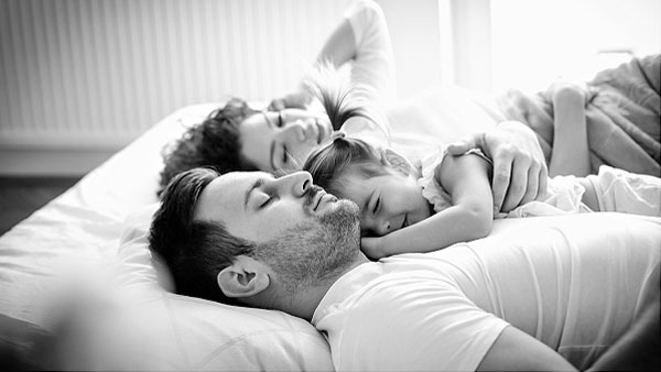 A father is napping with two little daughters. Peace of mind thanks to Sainsbury's energy plan.